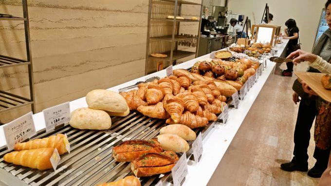 カウンターのパン1